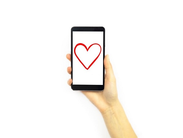 phone with a heart shape on it online dating app